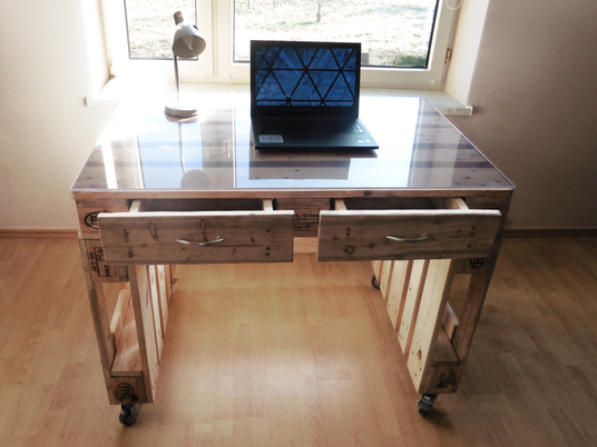 Nowoczesne biurko z palet na kołach z hamulcem. Meble z palet